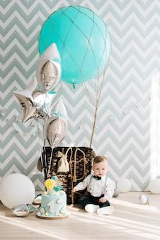 Babys erster geburtstag nettes lächelndes baby ist 1 jahre alte kinderparty mit luftballons