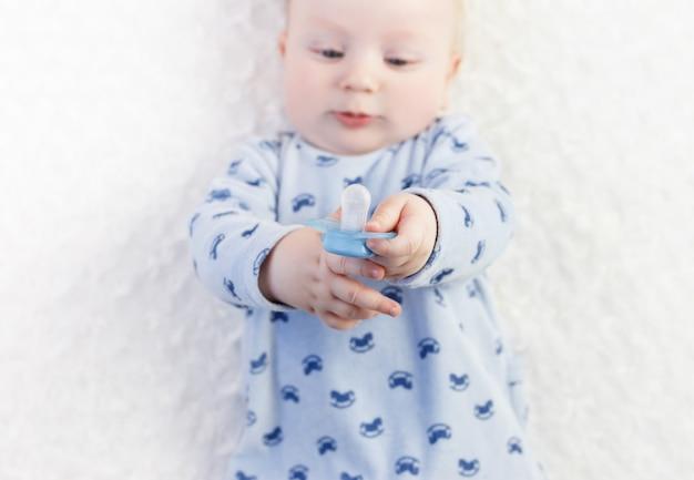 Babys hände halten einen schnuller. nahansicht