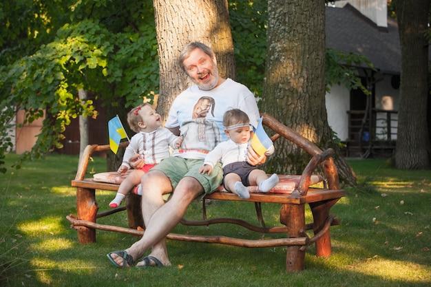 Babys, weniger als ein jahr alt und ihr großvater