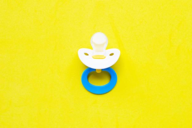 Babyschnuller auf gelb