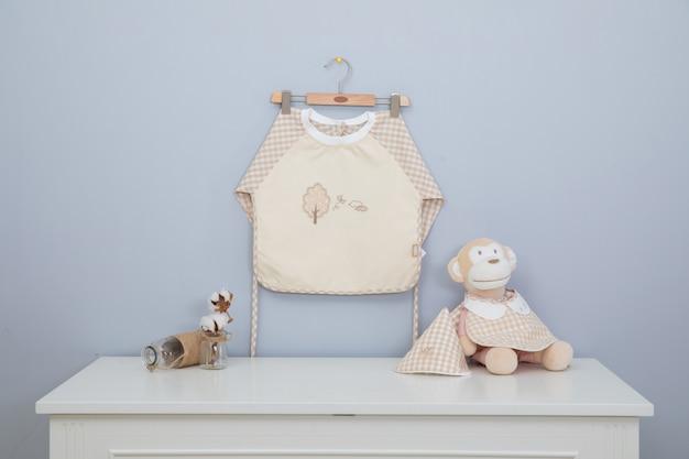 Babyschürze und babyschale werden auf den gepäckträgern gewaschen und getrocknet.