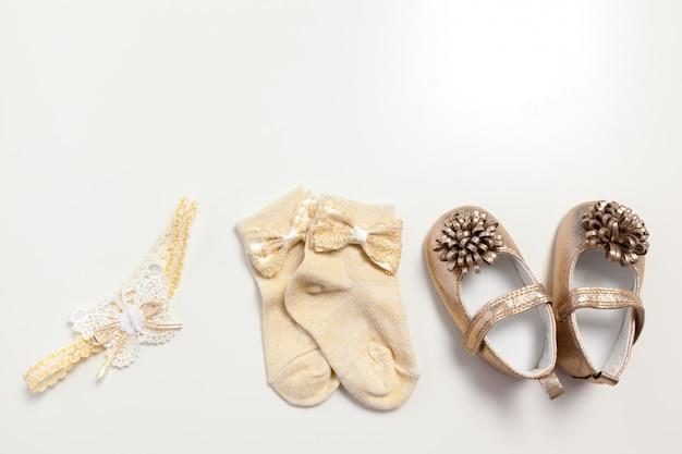 Babyschuhe getrennt auf dem weiß