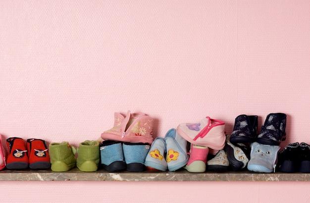 Babyschuhe in einem regal im kinderzimmer