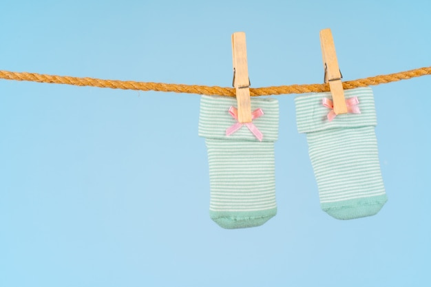 Babysocken auf einer wäscheleine. babykleidung waschen