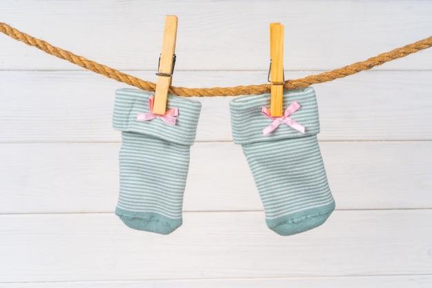 Babysocken auf einer wäscheleine