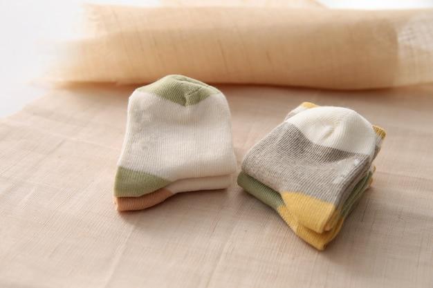 Babysocken, die an der wäscheleine auf holz hängen