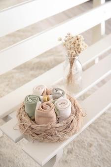 Babysocken hängen an der wäscheleine