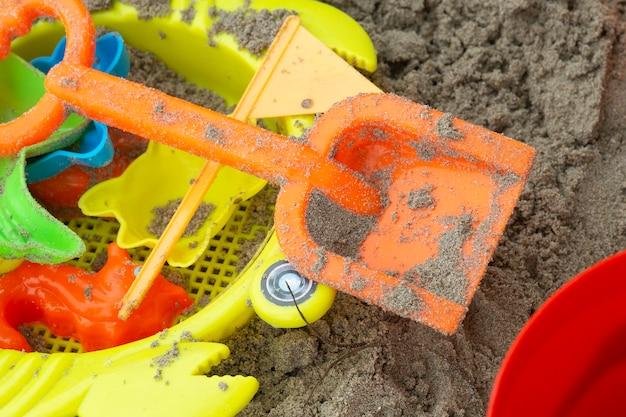 Babyspielzeug am strand