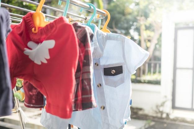 Babytuchwäsche, die am gestell hängt