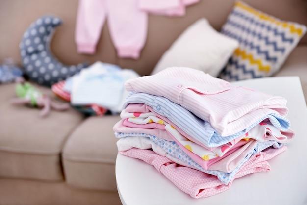 Babywäsche auf tisch drinnen