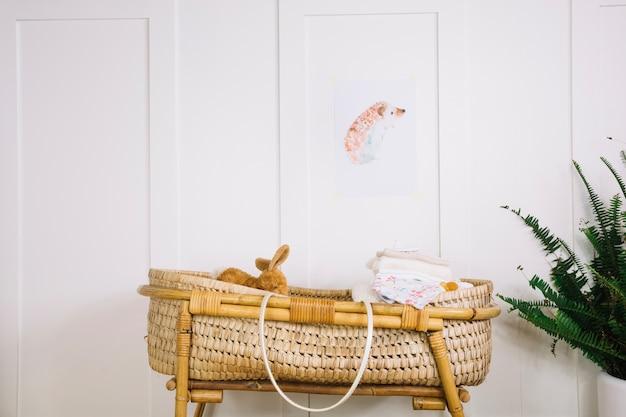 Babywanne mit spielzeug und decken