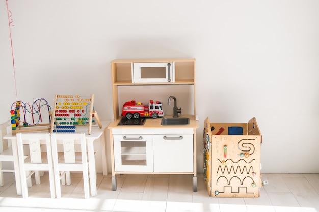 Babyzimmer mit spielzeug im skandinavischen stil