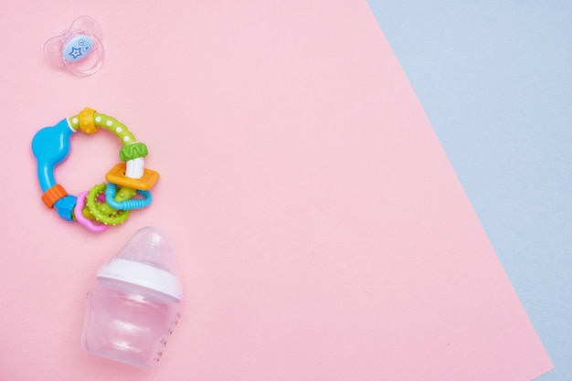 Babyzubehör auf rosa und blauem hintergrund. flach liegen. draufsicht kopieren sie platz.