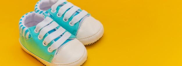 Babyzubehör für neugeborene auf farbiger oberfläche