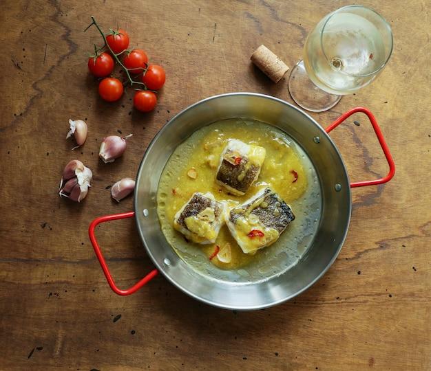 Bacalao al pil pil, kabeljau in emulgierter olivenölsoße, spanische küche, baskenland