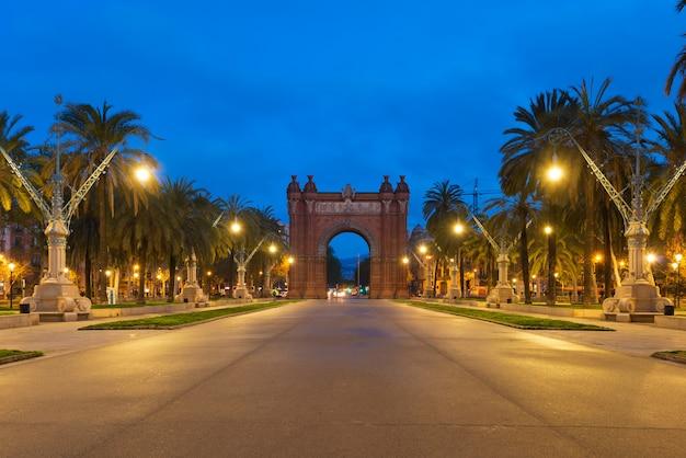 Bacelona arc de triomf nachts in der stadt von barcelona in katalonien, spanien.