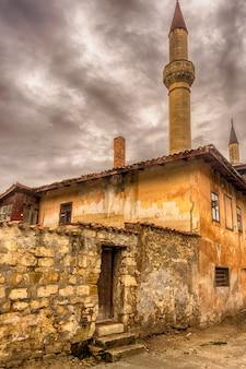 Bachtschisarai. khan's palace von der alten straße bei wolkigem wetter.