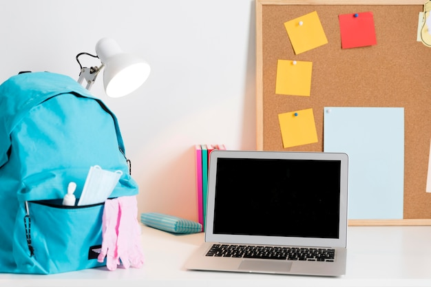 Back to school arrangement in neuen normalen zeiten mit laptop