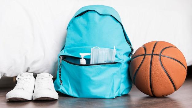 Back to school arrangement mit blauem rucksack