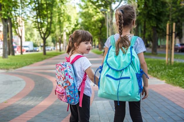 Back to school bildungskonzept mit mädchen, grundschülern.