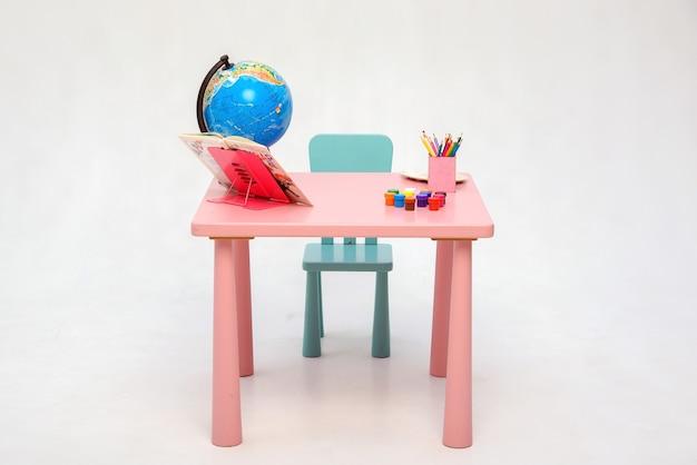 Back to school home interior tisch für hausaufgaben und studium isolieren