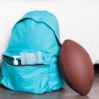 Back to school komposition mit blauem rucksack
