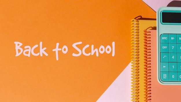 Back to school-konzept mit notizbüchern und taschenrechner