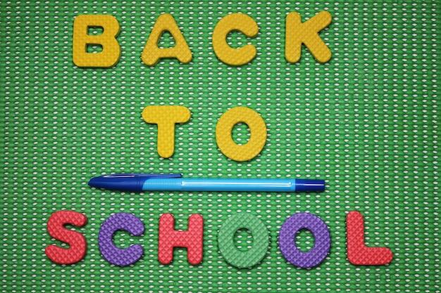 Back to school wörter sind mit farbigen buchstaben gesäumt