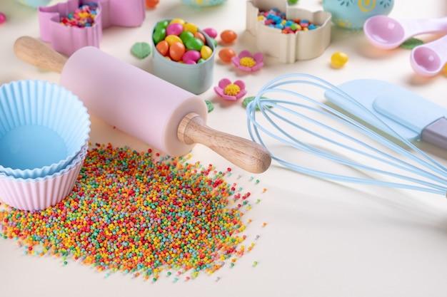 Back- und kochkonzept. ausstechformen, schneebesen, nudelholz und küchenbackwerkzeuge zur herstellung von süßigkeiten. draufsicht auf ein feiertagsbackstillleben. süßes rezept kochbuch.
