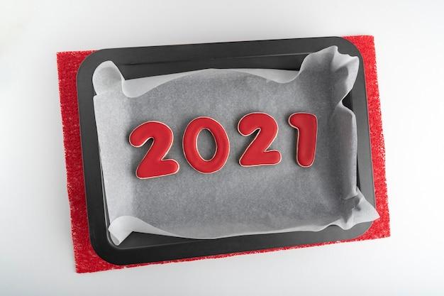 Backblech mit roten lebkuchenplätzchen 2021. neujahrstradition.