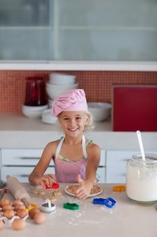 Backen des jungen mädchens in einer küche