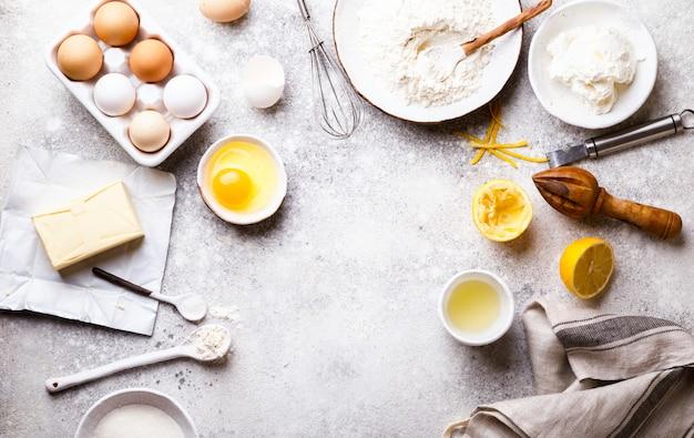 Backen hintergrund. lebensmittelzubehör. zutatenvielfalt zum kochen von teig.