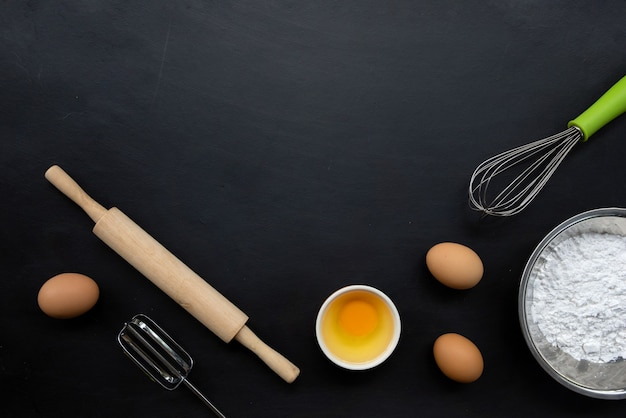 Backen kochen zutaten auf schwarz.