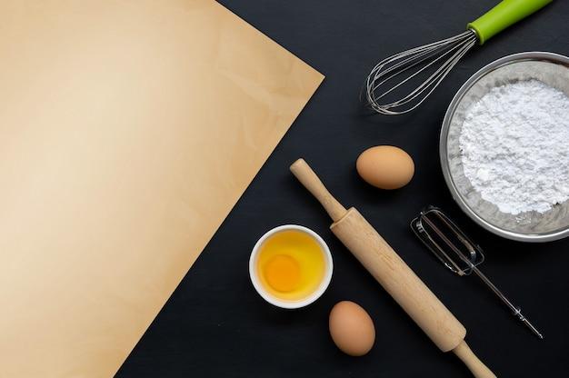 Backen kochen zutaten auf schwarz