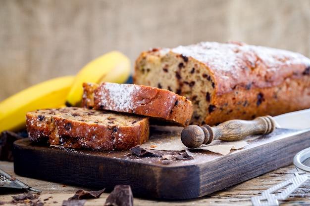 Backen mit banane und schokolade. feiertagskuchen.