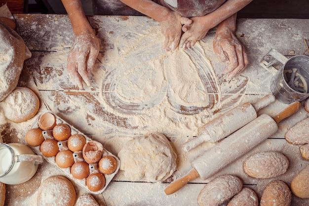 Backen mit herzform aus mehl und lebensmittelzutaten