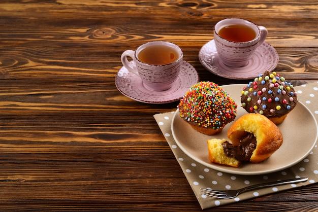Backen mit tee und schokolade auf dem tisch.