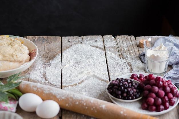 Backen sie einen obstkuchen in form eines herzens. köstlicher hausgemachter kuchen zum selbermachen. kochen. 8. märz grußkarte für den 8. märz. frauenfeiertag. valentinstag