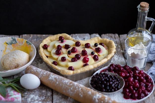 Backen sie einen obstkuchen in form eines herzens. köstlicher hausgemachter kuchen zum selbermachen. kochen