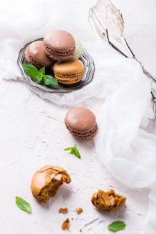 Backen sie macaron oder makrone, bunte mandelgebäck zusammen