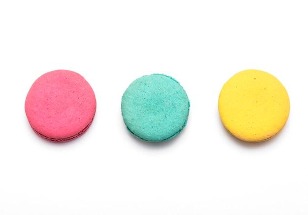 Backen sie macaron oder makrone oder die französische makrone zusammen, die auf weißer draufsicht lokalisiert werden