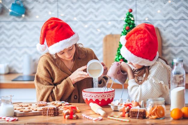Backen und kochen mit kindern zu weihnachten zu hause.