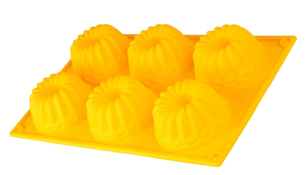 Backen von silikonbechern für cupcakes oder muffins auf weißem hintergrund