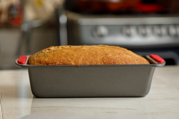 Backen zu hause frisch gebackener pfannkuchen auf der theke in einer mexikanischen küche