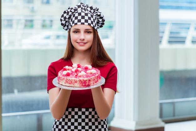 Backender kuchen der jungen hausfrau in der küche