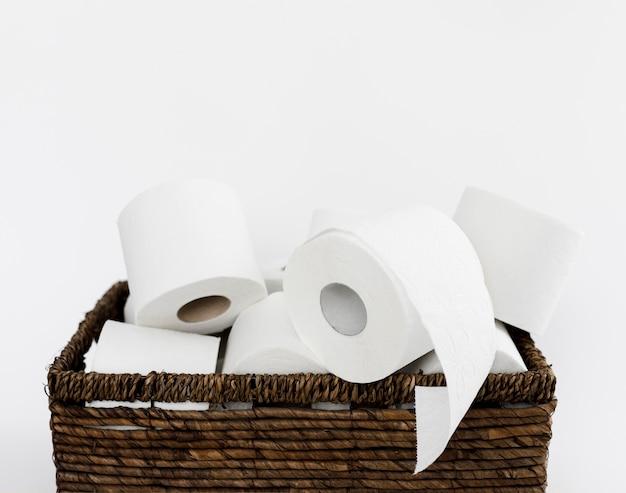 Backet mit toilettenpapierrollen