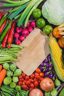 Backgroud des geschmackvollen und gesunden varis gemüses des frischen lebensmittels sind auf dem holztisch