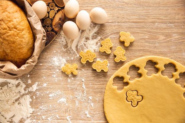 Backhintergrund: cookie-herstellungsprozess. draufsicht. nahansicht