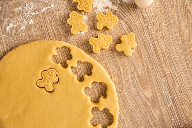 Backhintergrund: cookie-herstellungsprozess. draufsicht, nahaufnahme