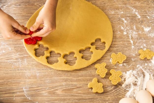 Backhintergrund: kind macht kekse. nahaufnahme, draufsicht